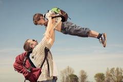Fader och son som går på vägen på dagtiden Arkivbilder