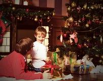 Fader och son som ger gåvor på jul Arkivbilder