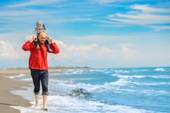 Fader och son som har gyckel på den tropiska stranden Royaltyfri Fotografi