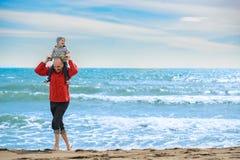 Fader och son som har gyckel på den tropiska stranden Royaltyfri Bild