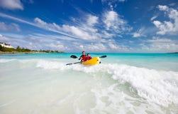 Fader och son som kayaking Arkivfoto