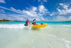 Fader och son som kayaking Royaltyfria Bilder
