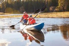 Fader och son som kayaking på sjön, Big Bear, Kalifornien, USA arkivfoto