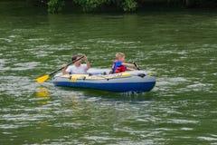 Fader och son som Rafting på den Roanoke floden Royaltyfri Bild