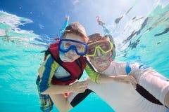 Fader och son som snorkeling Royaltyfri Fotografi