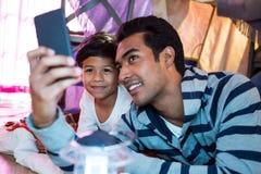 Fader och son som tar en selfie Royaltyfri Bild