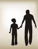 Fader och son som tillsammans går Arkivfoto