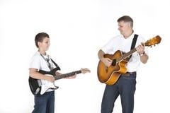 Fader och son som tillsammans ocking Fotografering för Bildbyråer
