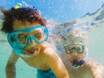Fader och son som tillsammans simmar Royaltyfria Foton