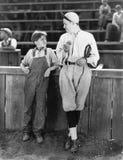 Fader och son som tillsammans står på ett baseballfält (alla visade personer inte är längre uppehälle, och inget gods finns Lever Arkivbilder