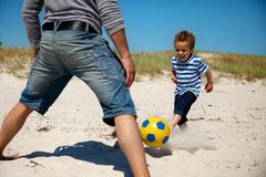 Fader och Son som tycker om fotbollleken Arkivfoton