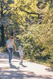 Fader och son som utomhus åker skridskor royaltyfri foto
