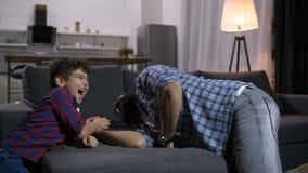 Fader och son under konkurrens för armbrottning lager videofilmer