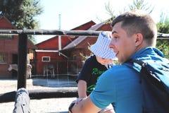 Fader- och sonfamiljtid tillsammans i zoo royaltyfri bild