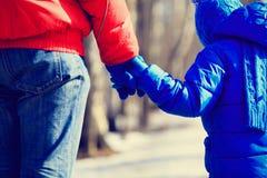 Fader- och soninnehavhänder i vinter Royaltyfria Bilder