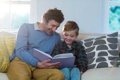 Fader- och sonläsning en boka Arkivbilder