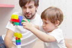 Fader- och sonlek med byggnadssatsen Royaltyfria Bilder