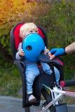 Fader- och sonresanden på cykeln, barn sitter i en cykel Royaltyfri Fotografi