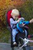 Fader- och sonresanden på cykeln, barn sitter i en cykel Royaltyfri Foto