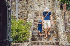 Fader- och sonturister går ner trappan Royaltyfri Fotografi