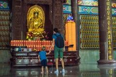 Fader- och sonturister i den buddistiska templet Kek Lok Si i Penang, Malaysia, Georgetown Resa med barnbegrepp arkivfoton
