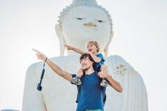 Fader- och sonturister på den stora Buddhastatyn Byggdes på a Royaltyfri Fotografi