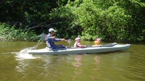 Fader och två barn som kayaking arkivfilmer