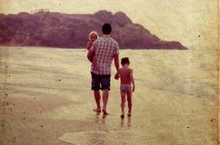 Fader och två ungar Arkivbilder