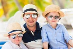 Fader och ungar på semester Arkivfoto