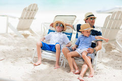 Fader och ungar på semester fotografering för bildbyråer