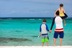 Fader och ungar på sommarsemester Arkivfoton