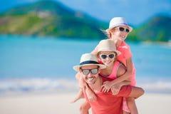 Fader och ungar på stranden arkivbilder