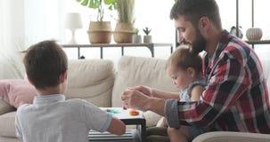 Fader och ungar som spelar med plasticine lager videofilmer