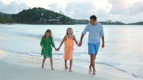 Fader och ungar som tycker om strandsommarsemester lager videofilmer