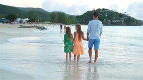 Fader och ungar som tycker om strandsommarsemester stock video