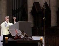 Fader på altaret av domkyrkan royaltyfria bilder