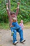 Fader Playing med unga ungar utomhus Royaltyfria Foton