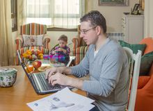 Fader som arbetar, i att spela för inrikesdepartementet och för son Arkivfoton
