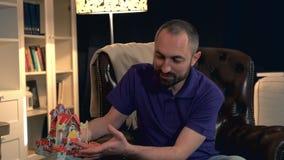 Fader som berättar hans barn en intressant saga om leksakslott lager videofilmer