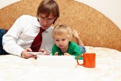 Fader som hemifrån fungerar Arkivfoto