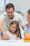 Fader som hjälper hans dotter att dra Arkivbilder