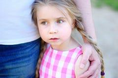 Fader som kramar den lilla förtjusande ledsna dottern Arkivbilder