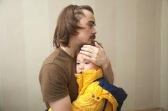 fader som kramar sonen Fotografering för Bildbyråer