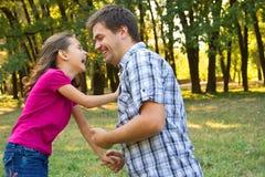 Fader som leker med dottern Arkivbild