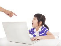 Fader som pekar till den ilskna flickan arkivfoton