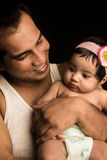 Fader som poserar med den begynnande dottern Arkivbild