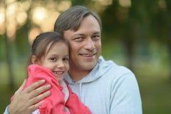 fader som rymmer hans dotter i hans armar Royaltyfri Foto