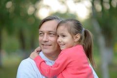 fader som rymmer hans dotter i hans armar Arkivbilder