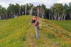 Fader som rymmer hans son i hans armar Arkivbilder