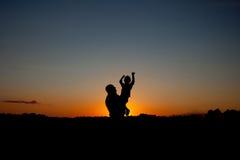 fader som rymmer och lyfter hans barnkontur royaltyfri fotografi
